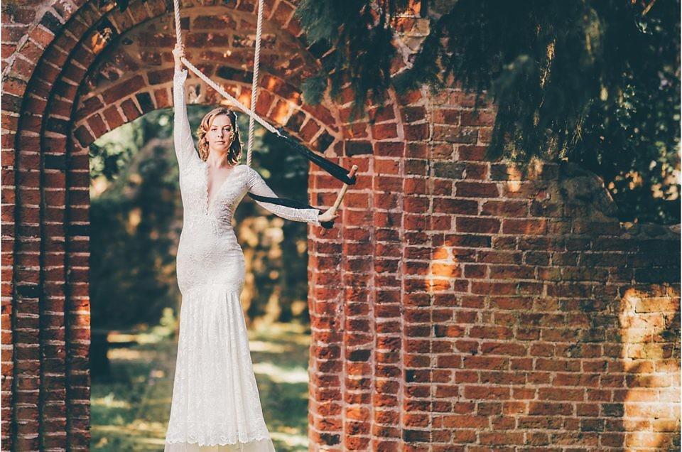 Brautkleid in luftiger Höhe – als Braut am Trapez ist mit Olvi's Kleid vom Hochzeitshof Glaisin möglich